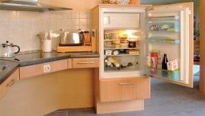 Einbaukühlschrank im Hochschrank. Die Einbauhöhe ist individuell anpassbar. Der Kühlschrank kann in der erforderlichen Greifhöhe eingebaut werden.