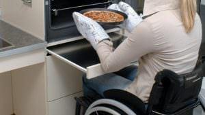 Bei dem Auszug unter dem Backofen muss die Kniehöhe des Rollstuhlfahrers berücksichtigt werden.