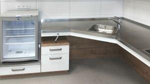 Kühlschrank erhöht auf Schubkastenelement – Unterschrank unter höhenverstellbarer Arbeitsplatte